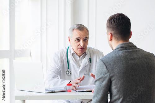 Carta da parati Senior doctor consults young patient