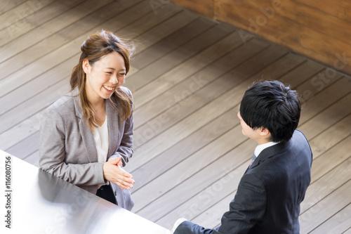 Fotografía  会話するスーツ姿の男女