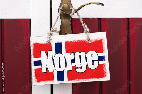 Staande foto Scandinavië Holzschild an Messing Türklinke mit Norwegen und Island, Urlaub in Skandinavien
