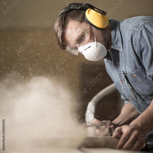 Foto Carpenter mit elektrischen Säge