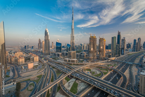 Photo  Dubai skyline in the evening