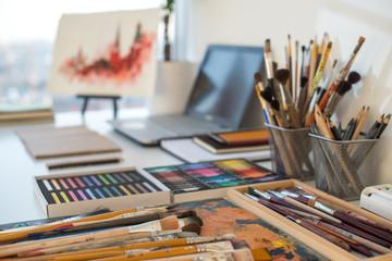 Slikarsko radno mjesto u bočnom prikazu kako bi Dizajnerski stol s opremom za crtanje. Kućni studio za umjetnika
