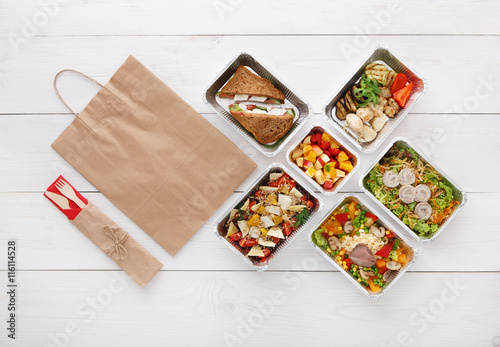 Fotografía  Healthy food take away in boxes, top view at wood