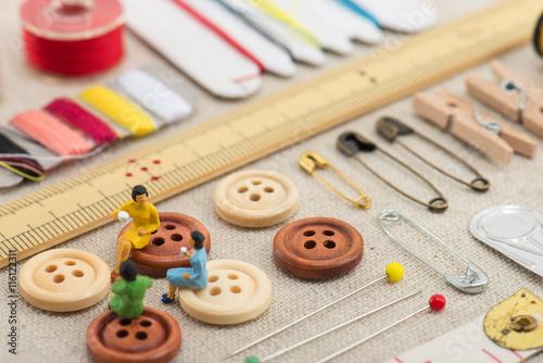 Fotografie, Obraz  裁縫道具とミニチュアの女性
