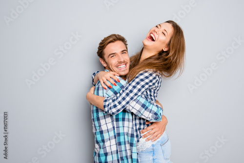 Láminas  Portrait of two happy lovers embracing and laughing