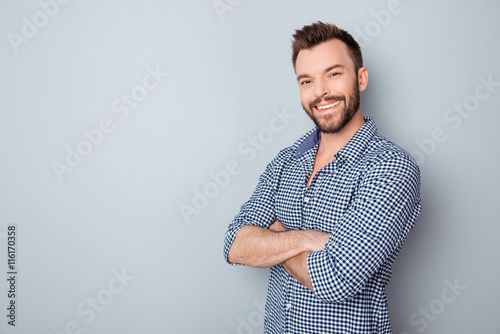 Fotografia  Portrait of toothy handsome bearded man with crossed hands