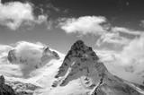 Czarno-białe zimowe góry w chmurach - 116201593