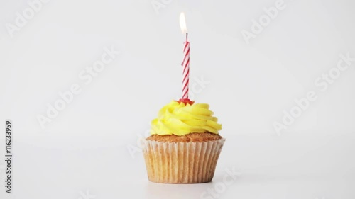 Photo  birthday cupcake with burning candle