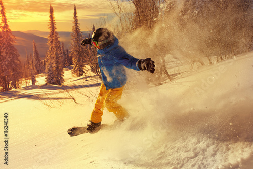 Photo  Snowboarder doing a toe side carve .