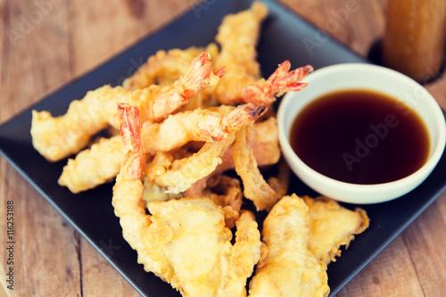 close up of deep-fried shrimps and soy sauce Billede på lærred