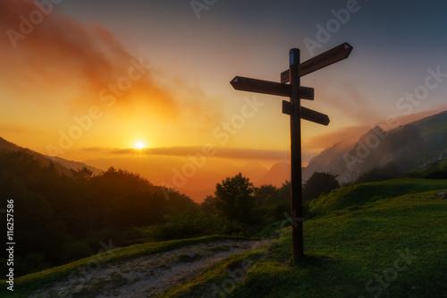 Foto auf Gartenposter Gebirge signpost in the mountain at sunset