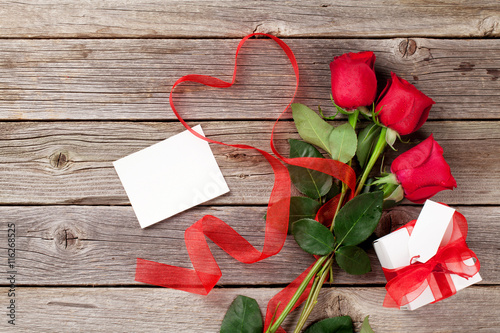 Keuken foto achterwand Roses Red roses, gift box and heart shape ribbon over wood
