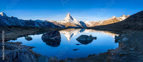 Foto op Plexiglas Panoramafoto s Stellisee und Matterhorn Panorama bei Zermatt, Schweiz