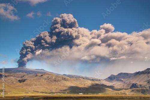 Staande foto Vulkaan Eyjafjallajokull volcano eruption, Iceland/ Eyjafjallajokull volcano eruption, Iceland