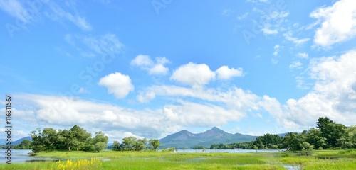Fotomural 夏の青空と湖畔の風景