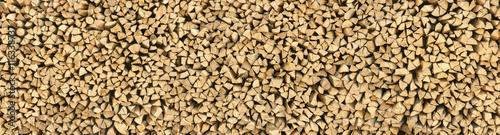 Photo sur Aluminium Texture de bois de chauffage Großer Haufen Holzscheite, Textur aus Holz im Panorama Format
