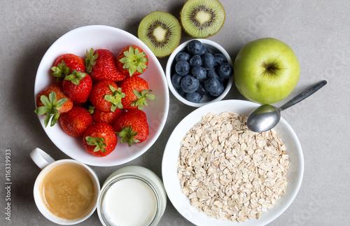 Fototapeta Zdrowe śniadanie na szarym tle obraz
