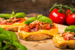 Bruschetta mit Salami und Käse
