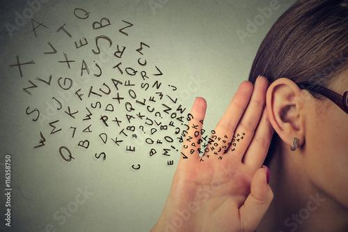 Foto  Frau hält ihre Hand nahe Ohr und hört sorgfältig