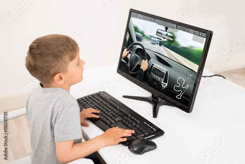 Zdjęcie XXL Chłopiec gra w gry na komputerze