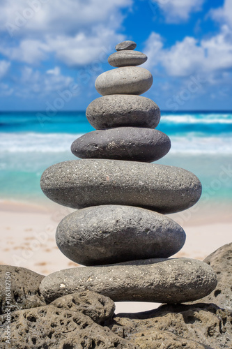 Photo sur Plexiglas Zen pierres a sable pierres en équilibre sur fond de plage