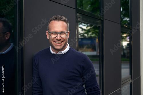 Attraktiver Mann lächelt in die Kamera Canvas Print