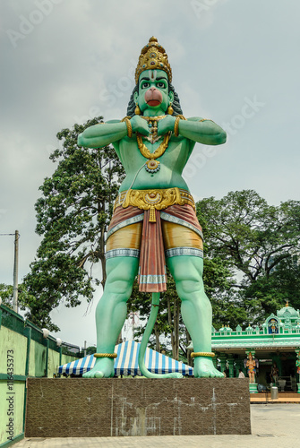 Photo  statue of the god hanuman in the entry to Batu Caves in kuala lumpur, Malaysia