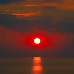 Obraz na Szkle Niebo Sunrise with sun track on sea