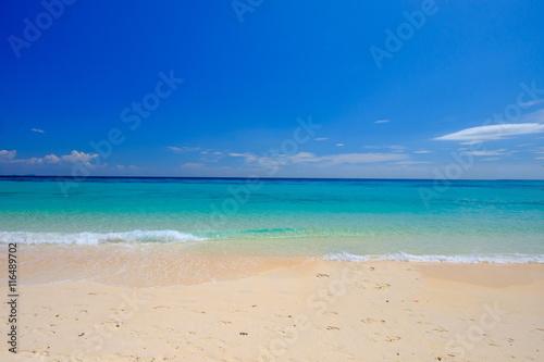 Fototapeta White Beach Blue sky and Blue Ocean at Rok Island Thailand obraz
