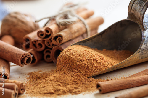 Papel de parede Cinnamon sticks and powder