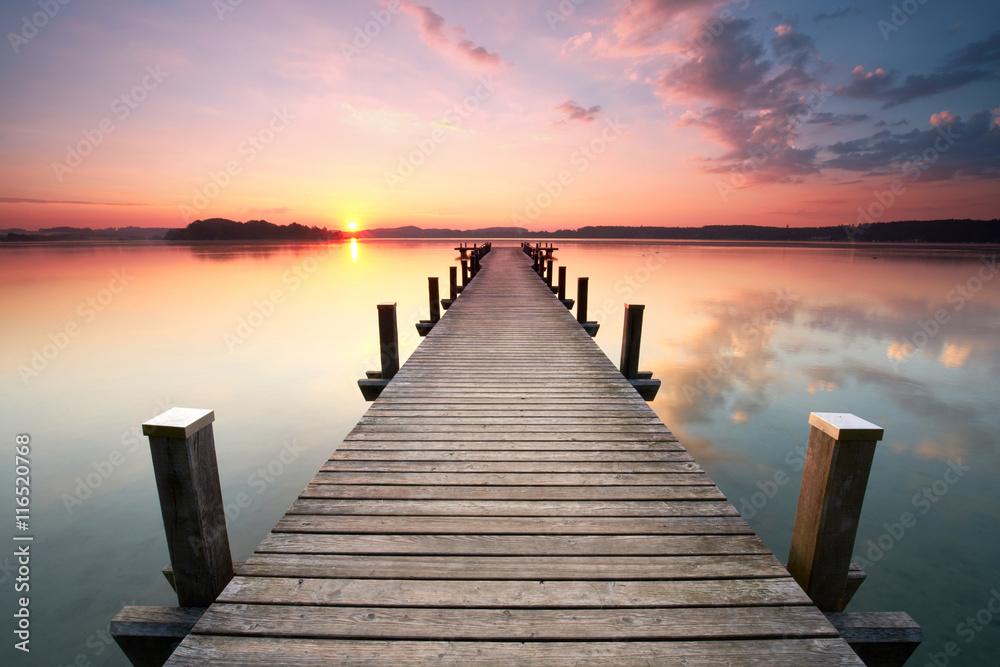 Fototapety, obrazy: langer Holzsteg am Seeufer zum Sonnenaufgang im Sommer