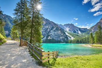Fototapeta samoprzylepna Bergwandern um den Pragser Wildsee, Dolomiten im Sommer