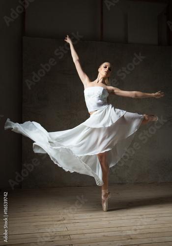 piekny-baletniczy-tancerz-w-bialym-kostiumu-z-falowanie-spodnicy-tanem