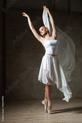 elegancka-balerina-tanczaca-w