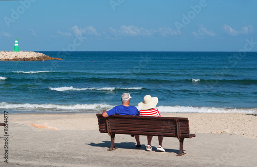 Panchina Lungomare : Tel aviv israele: una coppia seduta su una panchina sul lungomare