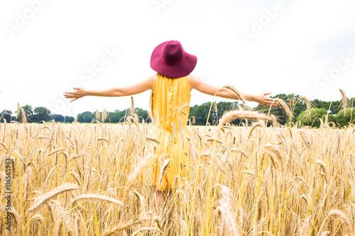 Fotografia  Schöne Frau auf einem Getreidefeld