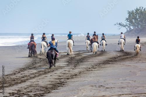 Foto op Plexiglas Paardrijden cavalcade sur la plage