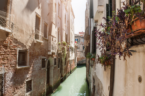 Poster Smal steegje Scenic canal in Venice, Italy.