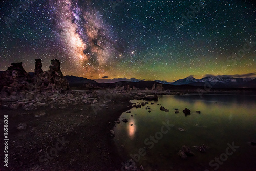 In de dag Nacht Mono Lake at Night Milky Way California Landscapes