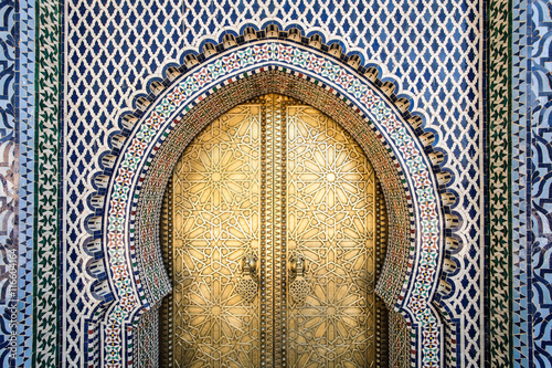 In de dag Marokko The entrance to the old Royal Palace in Fez (Fes), Morocco