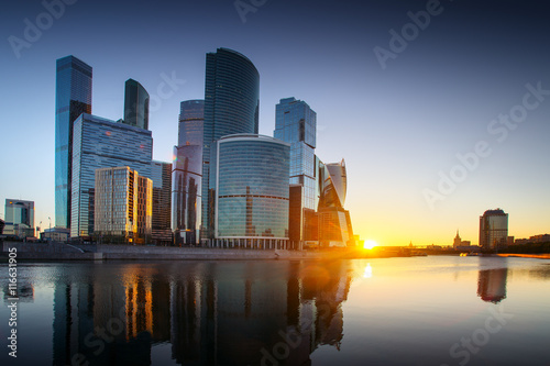 Plakat Moskwa-miasto, Rosja. Międzynarodowe Centrum Biznesu w Moskwie. o zachodzie słońca