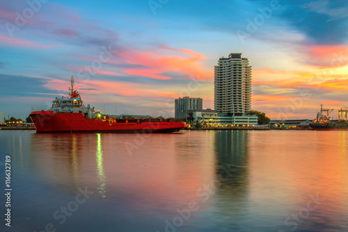 Fotografia  Building and ship in chaophraya river , Bangkok , Thailand