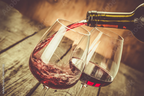 Foto op Plexiglas Bar Pouring wine in a glass
