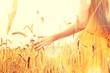 canvas print picture - Frau auf einem Getreidefeld
