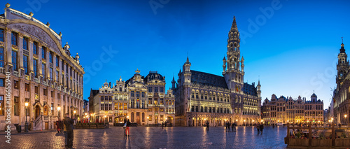Poster Brussel The famous Grand Place in blue hour in Brussels, Belgium