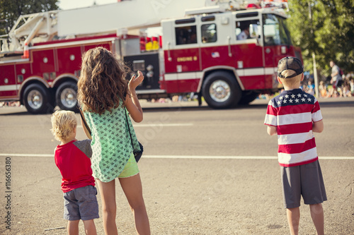 Fotografie, Obraz Kids watching an Independence Day Parade