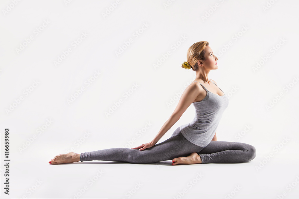 Poster  Schöne junge Frau, die Yoga tut. Isoliert auf weiß