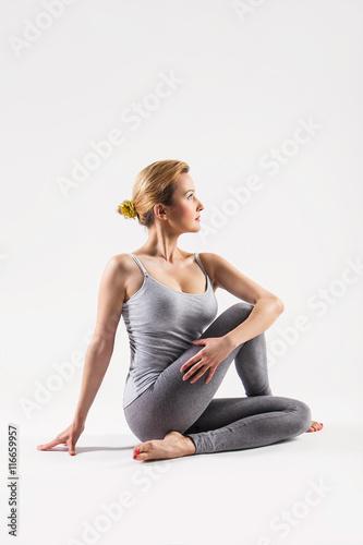 Leinwand Poster  Schöne junge Frau, die Yoga tut. Isoliert auf weiß