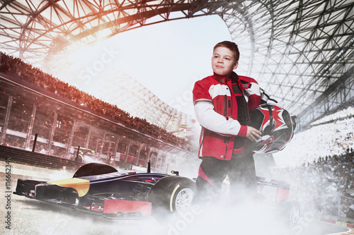 Photo  boy racer with race car at the stadium
