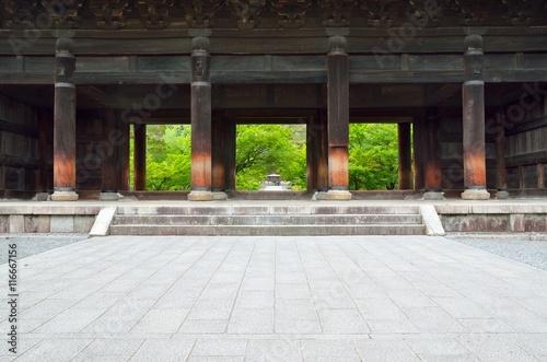 Montage in der Fensternische Tempel 京都 南禅寺 三門